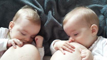 Dojenje blizanaca_hugpd1